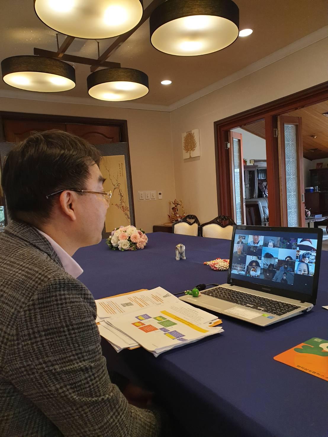 นายบัญชา ยืนยงจงเจริญ อัครราชทูต ได้บรรยายข้อมูลเรื่องการจัดคิวเดินทางกลับประเทศไทย และการจองคิวทำหนังสือเดินทาง