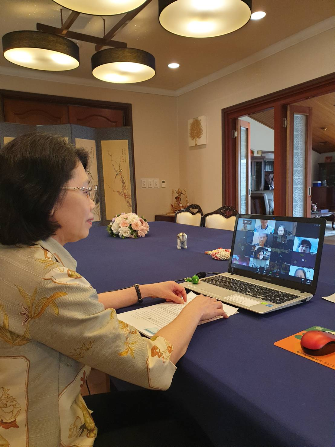 นางสาวรมณี คณานุรักษ์ เอกอัครราชทูต ณ กรุงโซล ได้กล่าวให้โอวาทและอวยพรวันสงกรานต์แก่แกนนำอาสาสสมัครแรงงานไทยในเกาหลีใต้ ผ่านระบบ Line meeting  ณ ทำเนียบเอกอัครราชทูตฯ